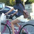 【画像】ミニスカ娘が自転車乗ってたら目で追ってしまいます!