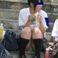 【画像】短いスカート履いて体育座りするJK。当然パンチラw