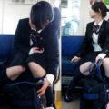 【画像】電車の中でくつろぐ制服JKを盗撮!