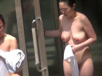 人妻熟女露天風呂盗撮