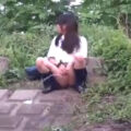【放尿盗撮動画】隠す気ないの?JKたちの野外放尿が大胆かつ豪快過ぎw
